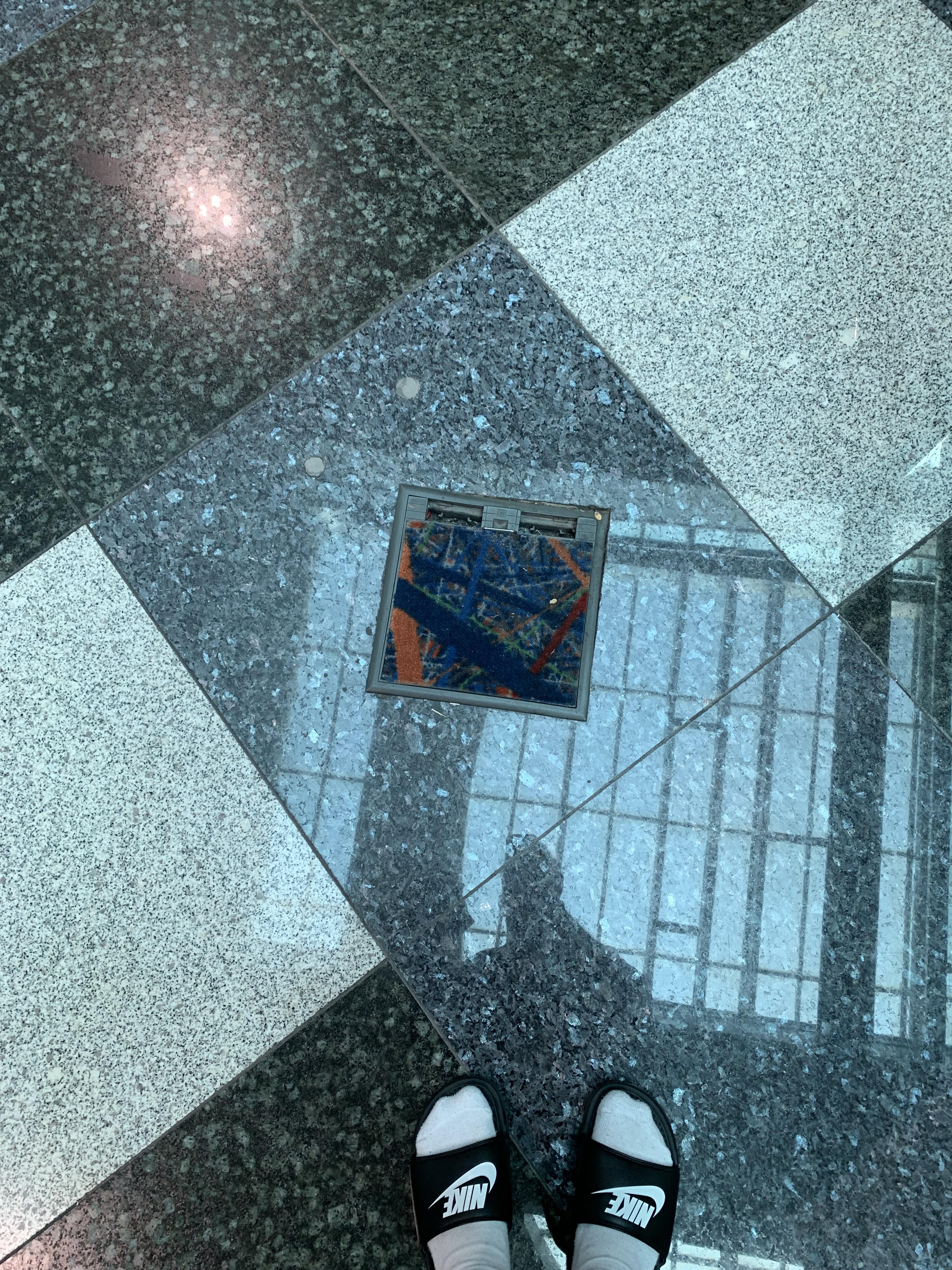 toxicidad Continuamente hazlo plano  This carpet job in Dubai airport | r/mildlyinteresting | Mildly Interesting  | Know Your Meme